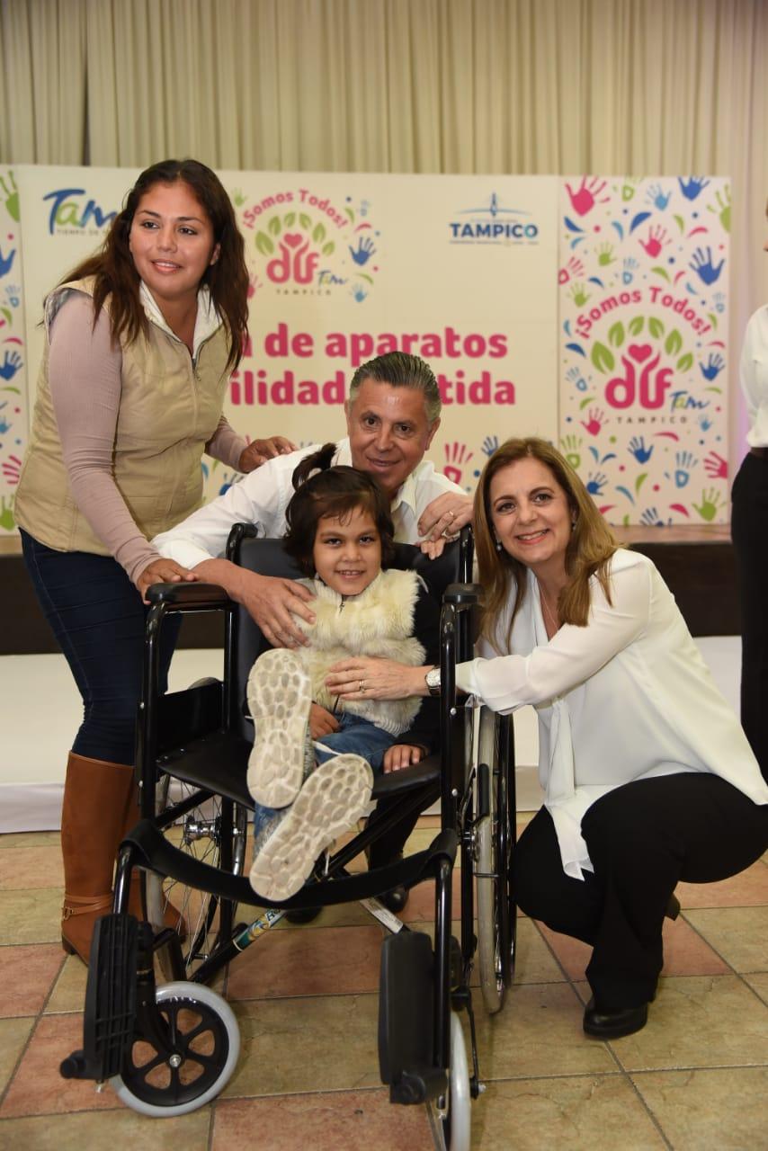 Entregan Chucho y Aída Aparatos  Funcionales a Personas con Discapacidad
